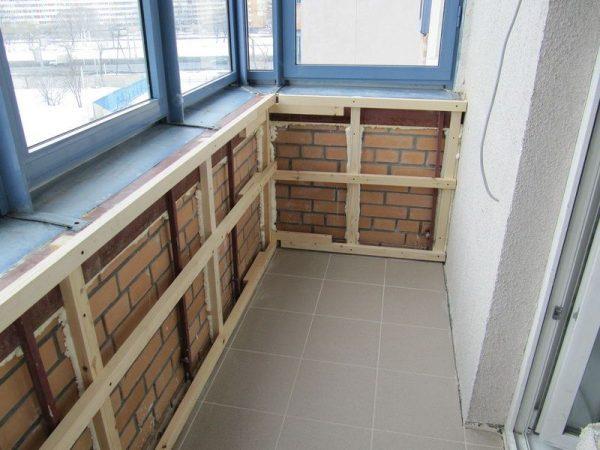 montazh_obreshetki_na_balkone_1