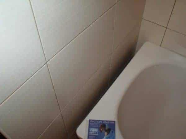 Заделываем щели между ванной и стеной проверенными способами