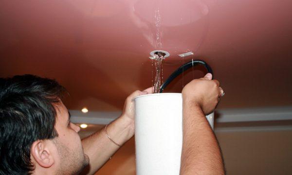 Как слить воду с натяжных потолков, если вас затопили?
