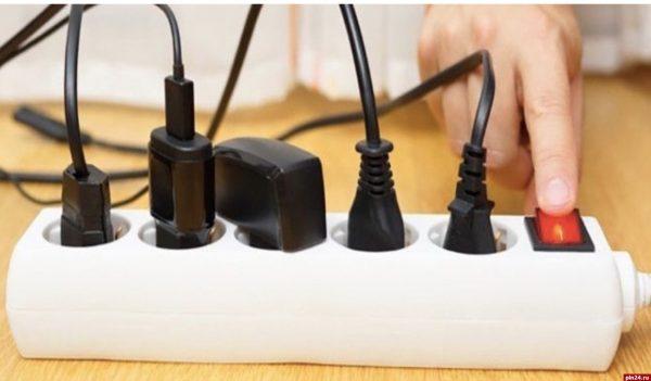 Зачем вынимать зарядные устройства из розетки?