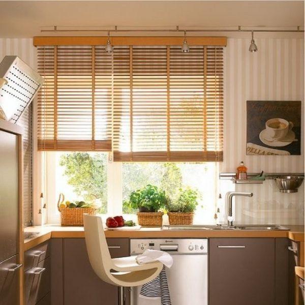 Что лучше выбрать для кухни: жалюзи или шторы