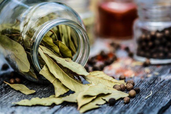 Лавровый лист: как ароматную добавку сделать полезной и даже лечебной?